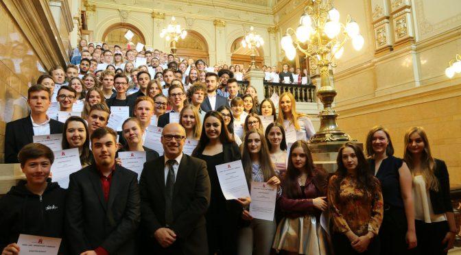 Schulsenator Ties Rabe gratuliert Einser-Abiturienten